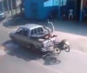 【動画】信号で停車したピックアップトラック荷台にバイクライダーが宙返りで突っ込む