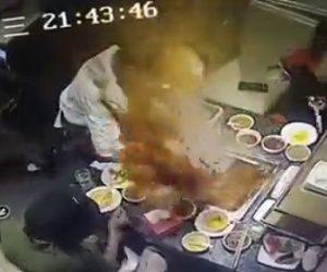 【動画】レストランで鍋が突然爆発し沸騰した汁が客にかかってしまう