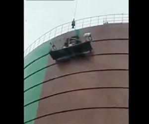 【動画】クレーンで吊るされたゴンドラ内で作業員が殴り合いの喧嘩をする衝撃映像