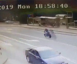 【動画】バイクが猛スピードで交差点に突っ込み車に激突してしまう衝撃事故映像
