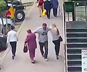【動画】歩道を歩く女性2人を酔っ払い男が殴り立ち去ってしまう