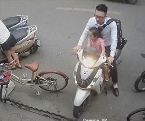 【動画】少女がバイクから降りようとするがアクセルをひねってしまい店に突っ込んでしまう