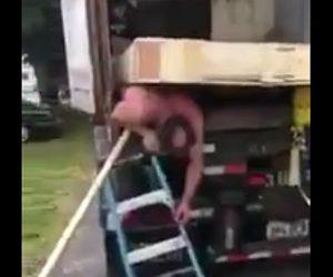 【閲覧注意動画】トラック内の荷物が倒れ男性が下敷きになってしまう衝撃映像