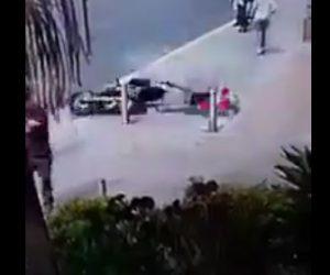 【動画】バイクがコントロールを失い猛スピードで転倒。バイクライダーが歩道のポールに激突
