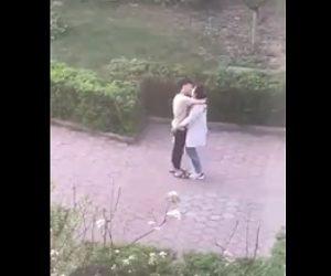 【動画】彼女と濃厚なキスをし彼女が後ろを向くと…