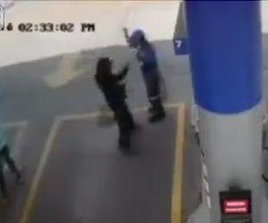 【閲覧注意動画】殺し屋がガソリンスタンドに現れ、至近距離から店員を銃で撃つ衝撃映像