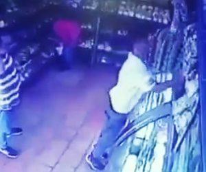 【動画】大量の卵を棚に置こうとする店員に悲劇が…