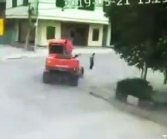【動画】ショベルカーが道を渡るおじいさんを轢いてしまう衝撃事故映像