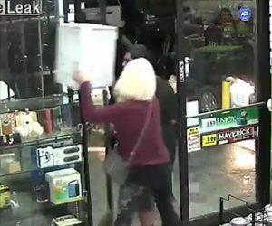 【動画】女強盗が店から宝石を箱ごと持ち去ろうとし店員が気付いて止めるが強盗仲間の男が…
