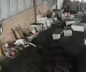 【閲覧注意動画】工場で作業員が感電し動けなくなってしまう。同僚が必死に助けるが…