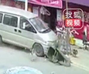 【動画】道で作業中の清掃作業員が飲酒運転の車にはね飛ばされてしまう衝撃事故映像