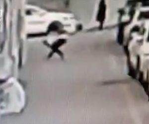 【動画】建物から落下する子供を男性が下で受け止めようとするが落下の衝撃が強すぎ…