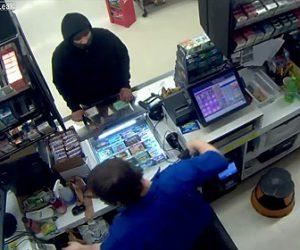 【動画】斧を持った強盗がコンビニを襲うがレジの店員が銃を持っていた…