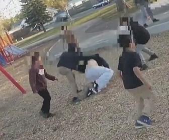 【動画】子供達が女性に注意されるが、逆切れした子供達が女性に襲いかかる衝撃映像