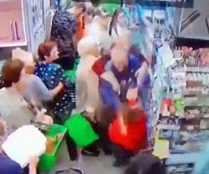 【動画】酔っ払いが突然男の子に襲いかかる衝撃映像