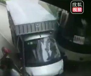 【動画】バスがコントロールを失いバイクを撥ねトラックに突っ込んで来る衝撃事故映像