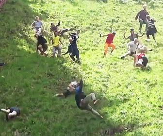 【動画】今年もケガ人続出。イギリスの「チーズ転がし祭り2019」がヤバすぎる衝撃映像