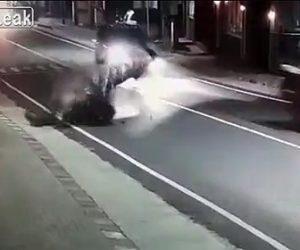 【動画】バイクが車を追い越そうとしセンターラインをはみ出し対向車線のバイクと正面衝突してしまう
