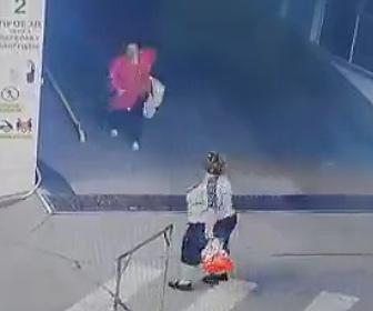 【動画】駐車場の坂道で止まれなくなった女性。横断歩道を歩くおばちゃんに激突する