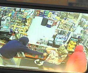 【動画】妊娠中のコンビニ店員に2人の銃を持った武装強盗が襲いかかる衝撃映像
