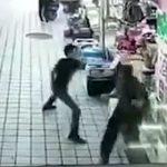 【閲覧注意動画】精神病の男が突然刃物で襲いかかってくる。8名が斬りつけられる衝撃映像