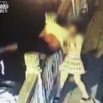 【動画】橋から飛び降りようとする男性を女性が必死に止めようとするが…