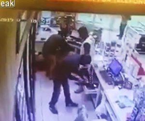 【閲覧注意動画】武装強盗の言うことを聞きレジを開けお金を渡す15歳店員が…