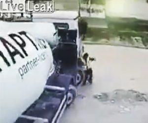 【動画】ミキサー車が作業員に気付かず轢いてしまう衝撃映像