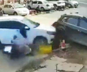 【閲覧注意動画】路上で昼食を食べている男性2人に猛スピードの車が突っ込む恐ろしい映像