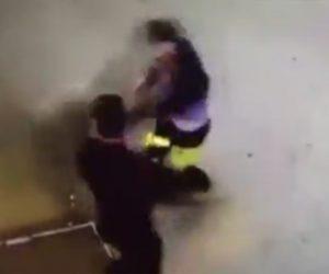 【動画】入口のロープスタンドを蹴り倒す男。警備員に外に出され強烈な一撃で殴り倒される