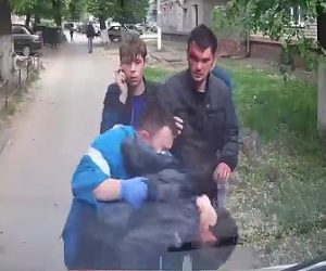 【動画】駆け付け救急隊に殴りかかる男がヤバすぎる