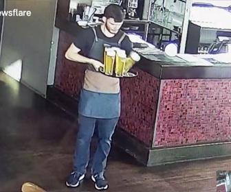 【動画】男性がトレーで大量のビールを運ぼうとするが…