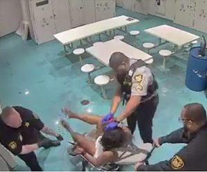 【動画】看守に手足を拘束された女性受刑者が顔に催涙スプレーをかけられる衝撃映像