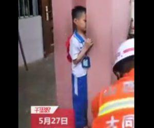 【動画】2本の柱に挟まに身動きが取れない少年