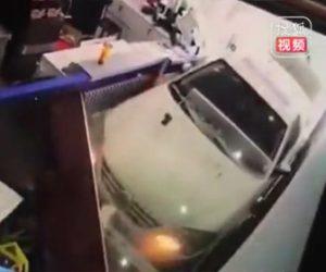 【動画】女性が運転する車が暴走。猛スピードで車に突っ込みレストランを破壊