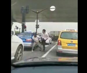 【動画】車道で殴り合いをする男性2人。衝撃の結末