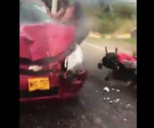 【【動画】飲酒運転でフラフラ走る車がバイクと正面衝突してしまう衝撃事故映像