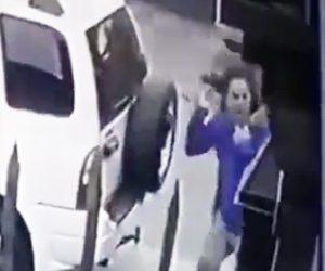 【動画】男性が銃を持った強盗2人に襲われるが愛犬2匹が強盗に襲いかかる衝撃映像