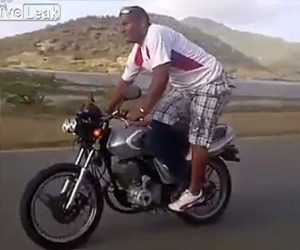 【動画】走行中のバイクで運転手と後ろに乗る男性が入れ替わろうとするが…