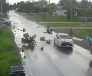 【動画】3人が乗ったサイドカー付きバイクがスピード違反の車にはね飛ばされる衝撃事故