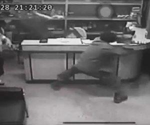 【閲覧注意動画】男が鎌で突然襲いかかってくる恐ろしい映像