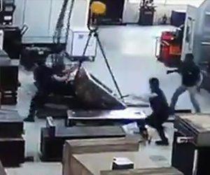 【動画】重い荷物をウインチで運ぶが荷物が倒れ作業員の足が潰されてしまう衝撃映像