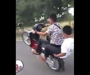 【動画】2人乗りバイクが調子に乗りウィリー走行するが転倒してしまう
