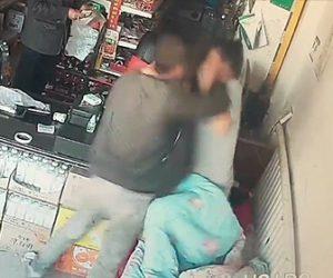 【動画】買った水のキャップを開けるよう女性店主に頼むが拒否され殴りかかる男性