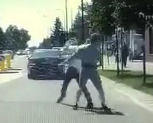 【動画】車道で殴り合いをする男性2人。強烈な一撃でノックアウト