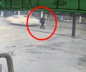 【動画】道を歩く老人が後ろから猛スピードの車にはね飛ばされ電柱に激突してしまう衝撃事故映像
