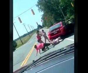 【動画】ロードレイジで女性達が喧嘩。車道で女性4人が激しい殴り合いする衝撃映像