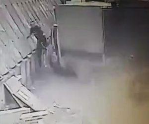 【動画】停車している小型トラックに猛スピードのトラックが突っ込むが小型トラックの運転手が…