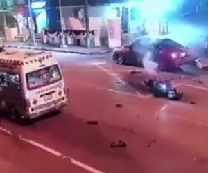 【動画】右折する車に猛スピードのバイクが突っ込むがすぐさま救急車が到着する