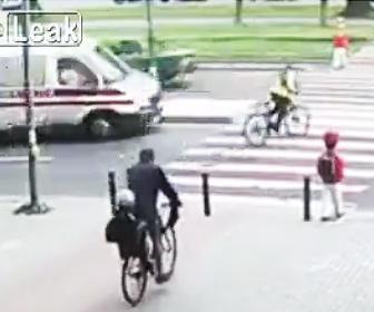 【動画】自転車で横断歩道を渡る14少女が救急車に轢かれてしまう衝撃事故映像